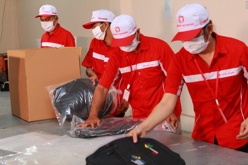 Proses Packing Tas untuk dijual kembali